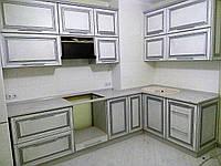 Кухня Платинум_белая структура в серебре с серебрянной патиной_угловяа 2,24*1,35(м)
