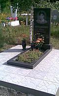 Граниный памятник 80х40х5 с цветником