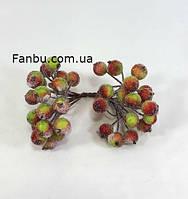 Искусственные засахаренные ягоды для декора красно-зеленые d=1,2см (1 упаковка - 40 ягодок)