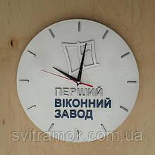 Дерев'яний настінний годинник з логотипом