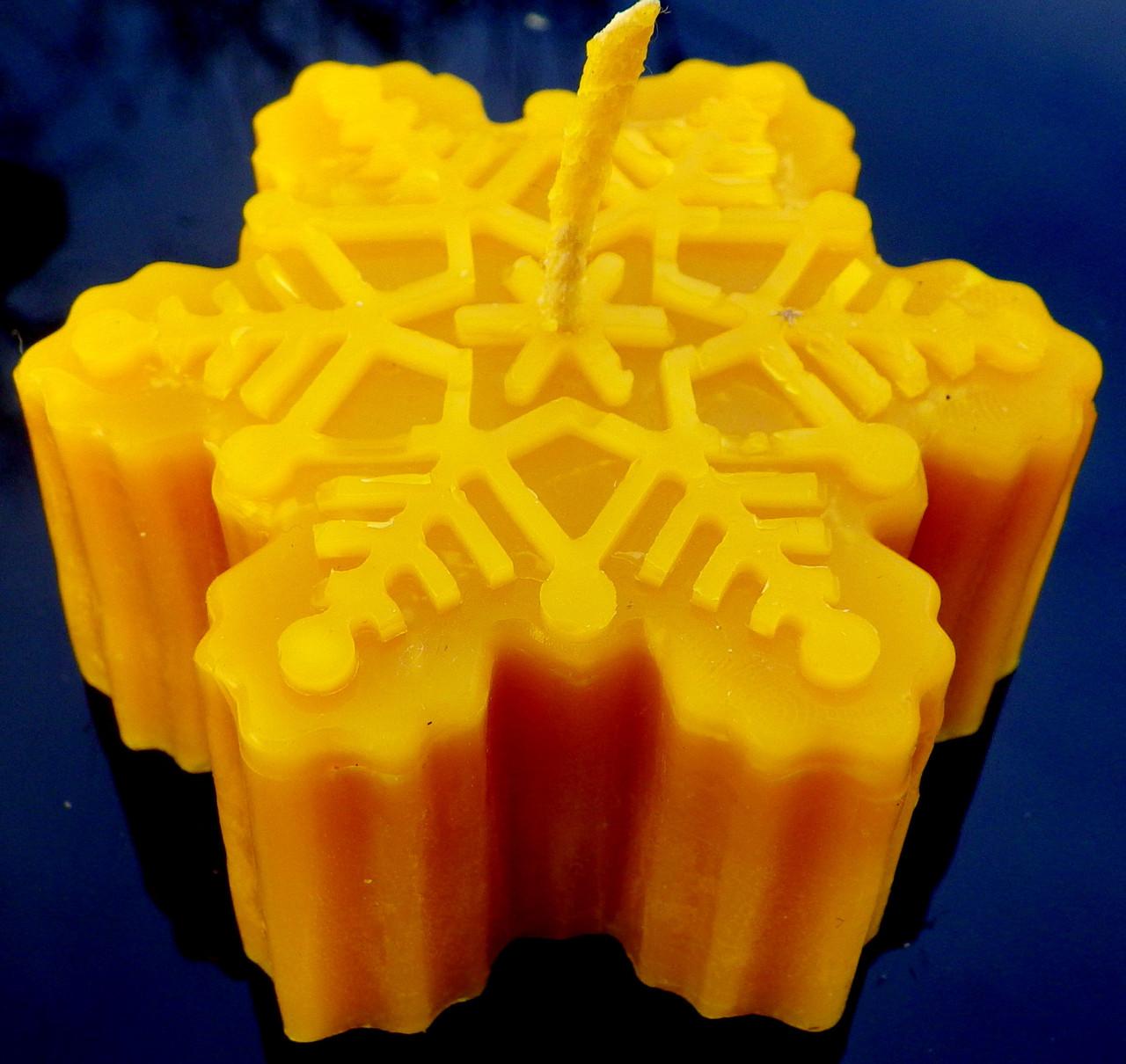 """Новогодняя восковая свеча """"Снежинка #2"""" из натурального пчелиного воска"""