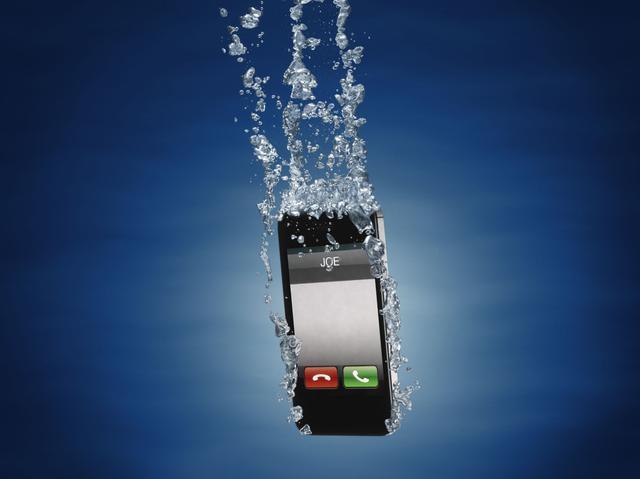 Намочили телефон