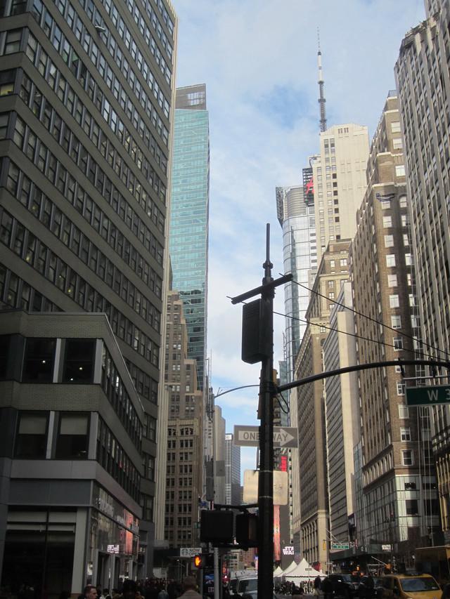 Раздел Женские костюмы - фото teens.ua - Нью-Йорк,угол Бродвея и 38 улицы