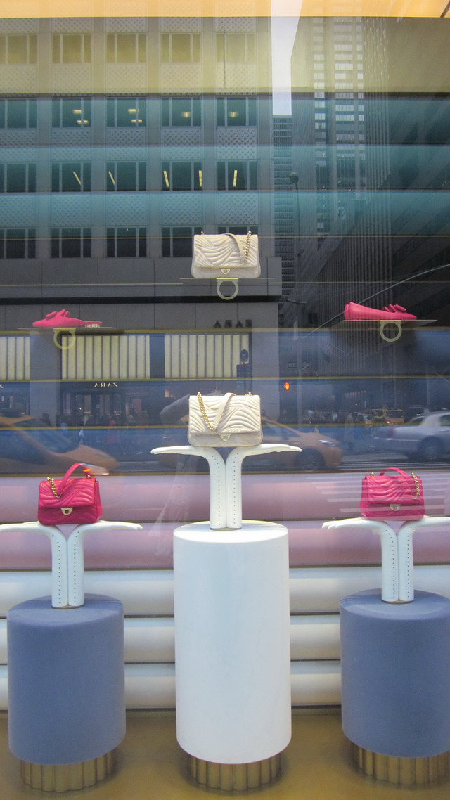 Раздел Женские костюмы - фото teens.ua - Нью-Йорк,витрина магазина Сальваторе Феррагамо