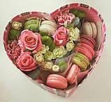 Коробка в форме сердца с цветами и макаронс, фото 2