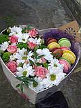 Коробка в форме сердца с цветами и макаронс, фото 3