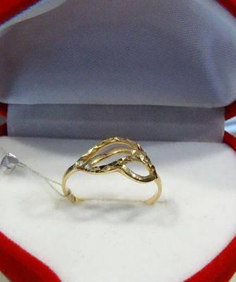 Женское золотое кольцо - лепесток с лазерной гравировкой