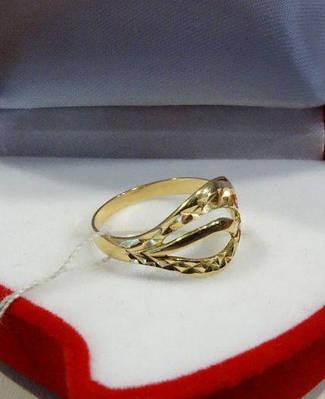Женское золотое кольцо с гравировкой