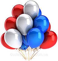 Воздушные шары наполненные гелием в красных, синих и белых цветах.