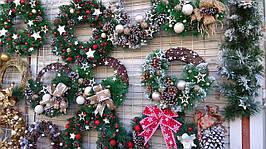 Новогодний венок для дома, украшение рождественское с бантами, цветами, игрушками