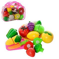 Розрізні овочі і фрукти, продукти на липучках в сумці