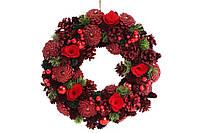 Венок новогодний с декором из ягод и красных цветов, 34см