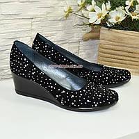 """Туфли женские замшевые на танкетке, декорированы камнями. ТМ """"Maestro"""", фото 1"""