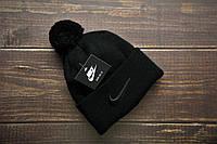 Мужская шапка с помпоном зимняя на флисе черная Найк