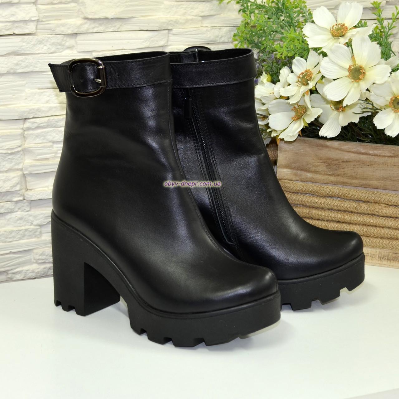 Ботинки  женские кожаные демисезонные на высоком каблуке, декорированы ремешком