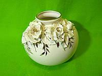 Керамическая настольная ваза «Шар» лепка розы с росписью