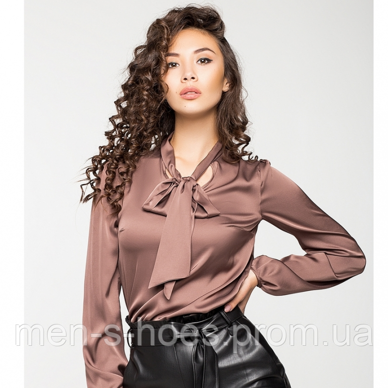 Женская блузка из шелка.