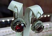 Серебряные серьги красным камнем