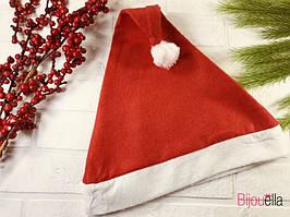 Червона шапка-ковпак діда мороза доповнить новорічний образ на різдвяні свята