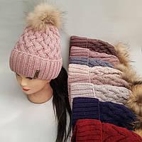 Шапка вязаная с подворотом и бубоном енота для девочки на полном флисе зима