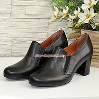 Кожаные женские туфли на невысоком каблуке, декорированы фурнитурой