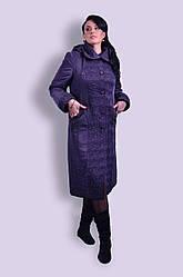 Модное элегантное демисезонное пальто, украшенное изысканной стежкой