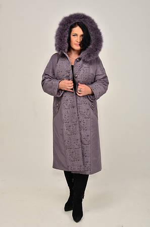 Красивое женское пальто – пуховик с очаровательной  вышивкой по бортам полочек и центральной части спинк