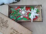 Набір дерев'яних новорічних іграшок в подарунковій коробці з гравіруванням, фото 3