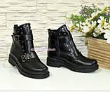 Ботинки кожаные женские зимние на утолщенной подошве, декорированы ремешками и заклепками, фото 4