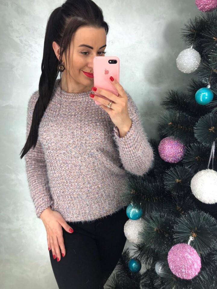 Розовый свитер с пушистыми нитями