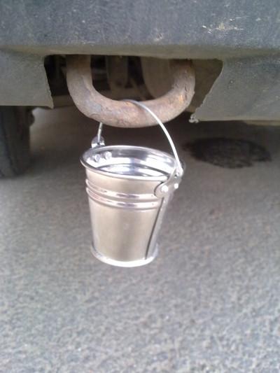 Маленькое оцинкованное ведро на авто