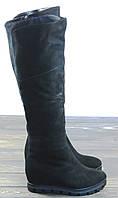 Женские замшевые зимние сапоги на танкетке черные, фото 1