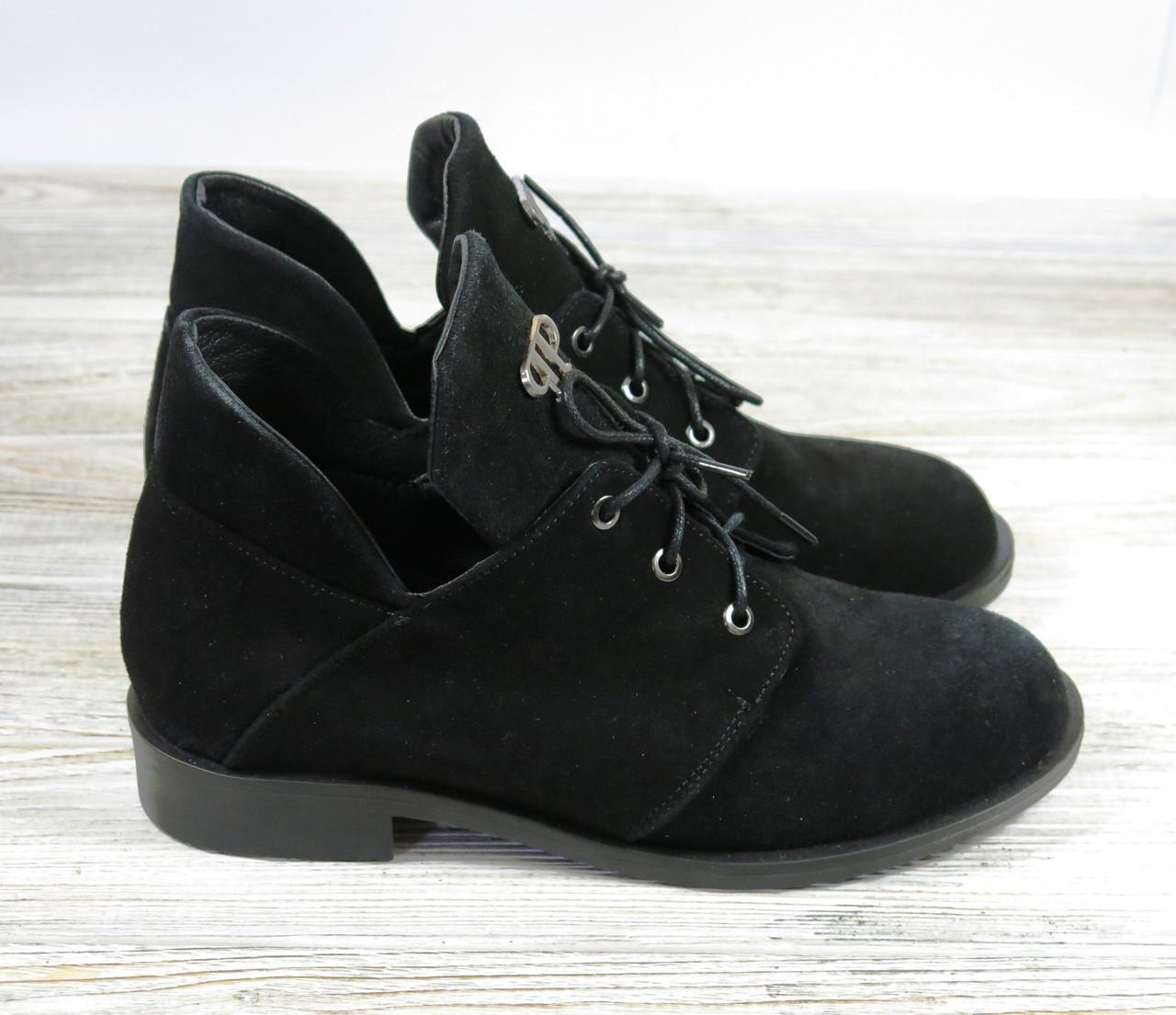 Замшевые короткие ботинки женские черные на шнуровке