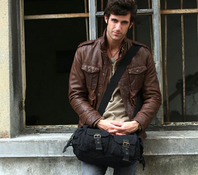 Мужчина с черной молодежной сумкой