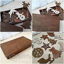 Набір новорічних іграшок на ялинку з дерева в подарунковій коробці з гравіруванням