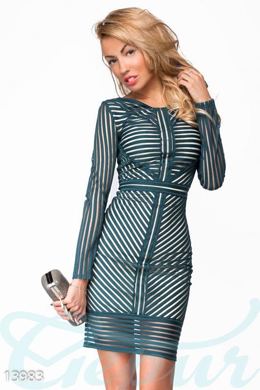 Роскошное облегающее изумрудное платье