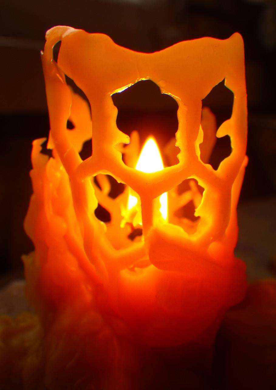"""Воскова свічка """"Бджілка на стільнику"""" з 100% бджолиного воску; Восковая свеча """"Пчелка на соте"""" из 100% пчелиного воска"""