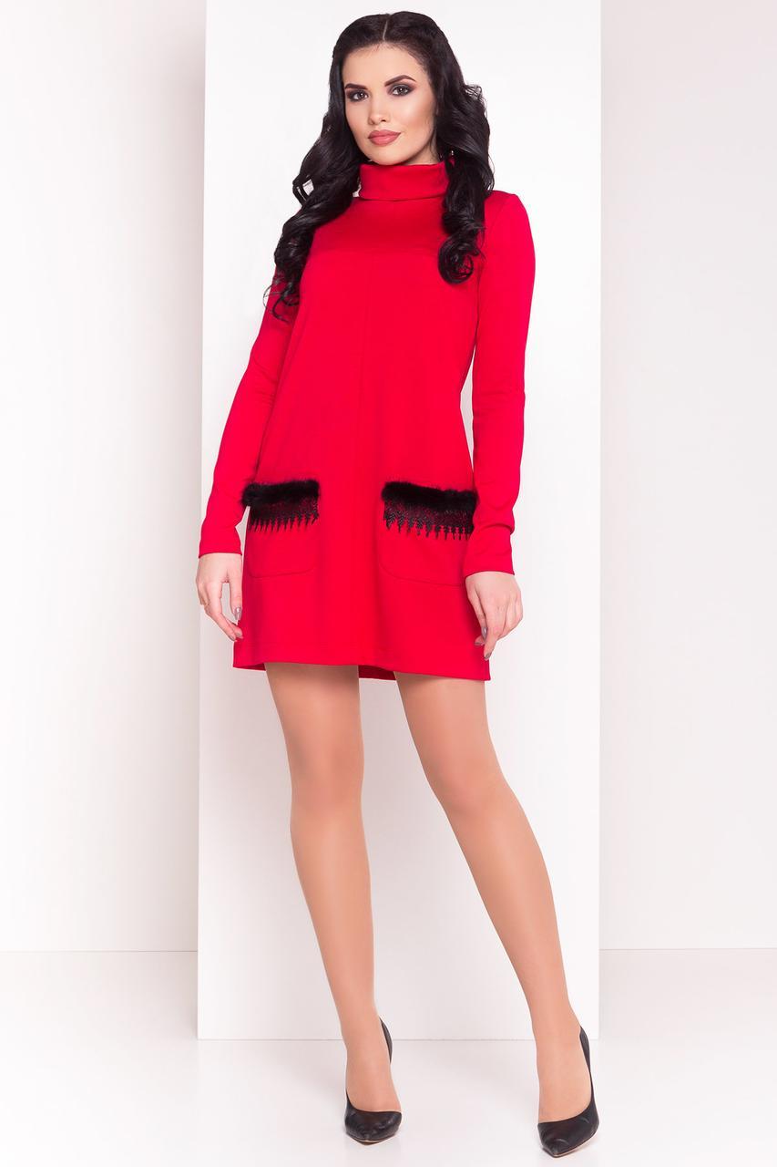Красное платье с меховыми вставками на карманах