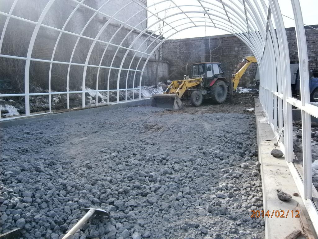 Подготовка под бетонирование пола ангара. После планировки грунта был завезён, распланирован и утрамбован вибротрамбовкой отвальный шлак.