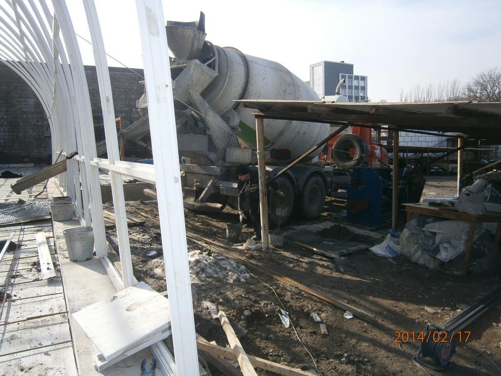 Последний этап. Произведено армирование всей поверхности с забуриванием арматуры в фундамент по периметру. Затем принятие бетона по маякам с миксера в течении одного дня.