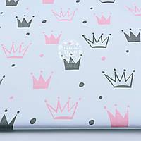 """Ткань хлопковая """"Нарисованные короны"""" розовые и тёмно-серые на белом (№1316а)"""