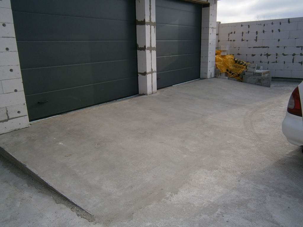 По такому же принципу бетонировались площадки перед гаражами. Отличие - более частое армирование и более толстый слой бетона. Если на отмостку его толщина в среднем была 100-120 мм, то перед гаражами - 150 мм. Хотя 100-120 мм тоже  достаточно.