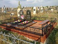 Памятник с цветником