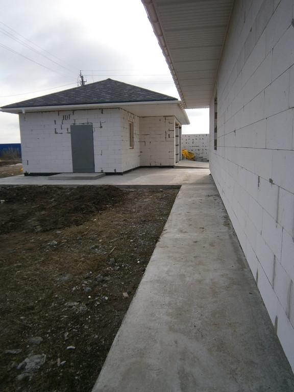Все постройки по всему периметру оборудованы подобной отмосткой.