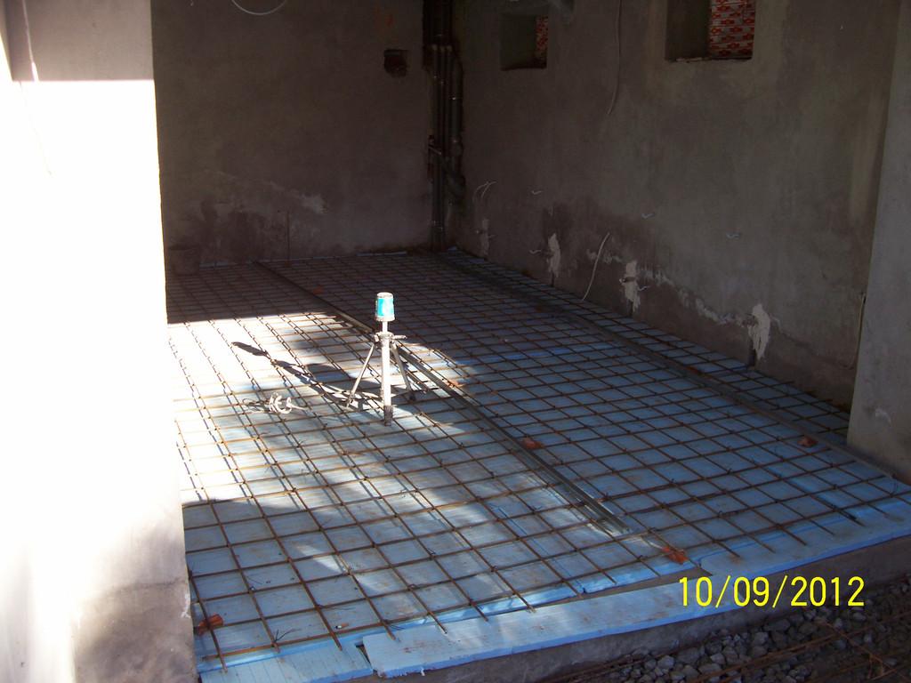 Работы по бетонированию гаража, расположенного в цокольном этаже частного дома. На старую подбетонку был уложен пенополистирол, увязана армосетка, затем по периметру проложен депферный шов. Установка маяков, приём бетона и выемка маяков. Заняло день.