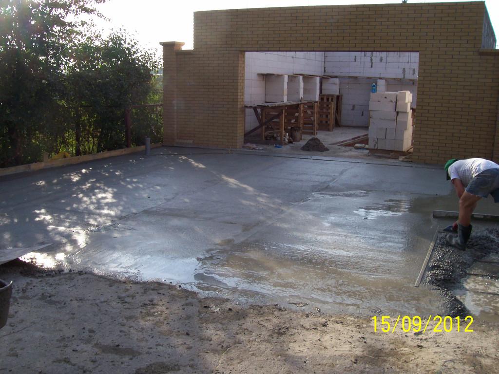 Бетонирование перед гаражом и перед двором. Тот же комплекс работ, что и на предыдущих фотографиях.