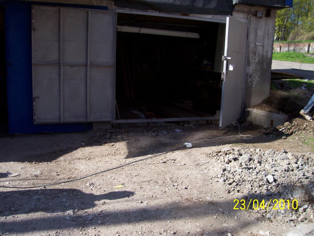 Комплекс работ по бетонированию двух гаражей в гаражном кооперативе. Снятие старого отвального шлака с помощью отбойного молотка, перепланировка, уплотнение, армирование и приём бетона.