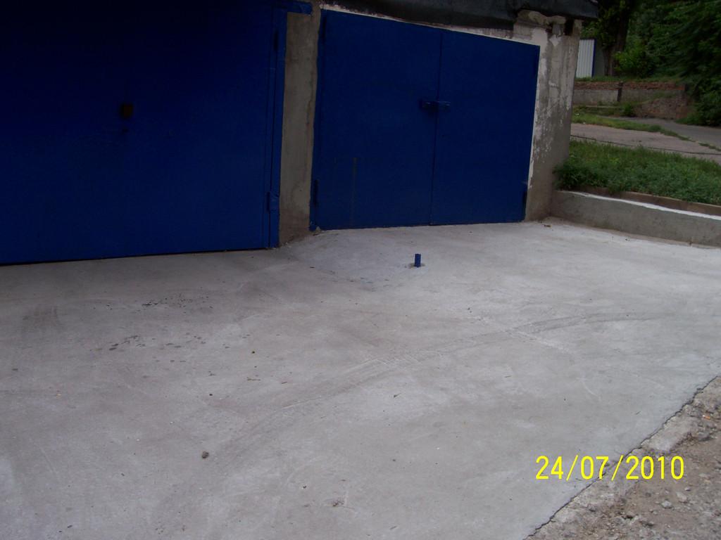 В связи с большим и трудоёмким объёмом перепланировки бетонирование двух гаражей и прилегающей территории заняло два дня.