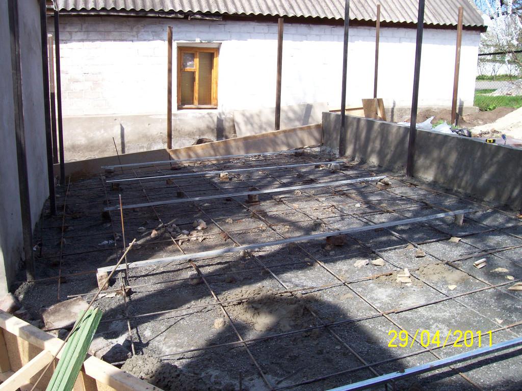 Затем установлены столбы для временного забора, опять же подсыпка щебнем, уплотнение, армирование (как и всегда, с обязательным защитным слоем).