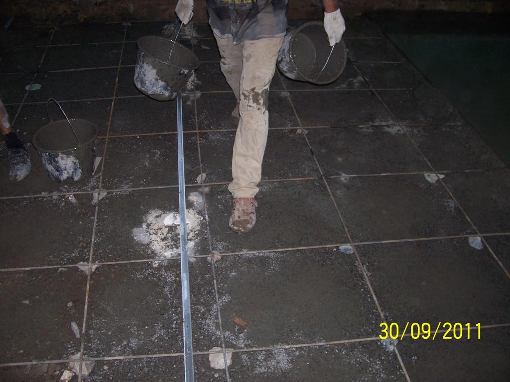 Затем уплотнение, армирование, установка маяков, приём бетона, выемка маяков и заделка штроб.